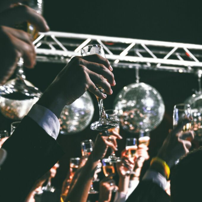 Foto van gasten op een feest